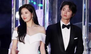 Suzy đẹp 'phát hờn' bên Park Bo Gum trên thảm đỏ Baeksang 2018