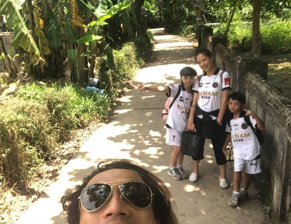 Phạm Anh Khoa vui vẻ đi chơi cùng vợ con giữa bão scandal.