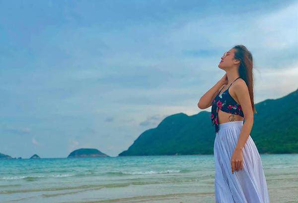 Phương Trinh thả dáng gợi cảm trên bãi biển.