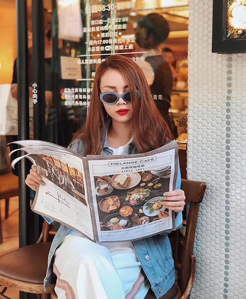 Yến Trang chỉ ngồi đọc menu quán ăn vẫn toát lên thần thái sang chảnh.