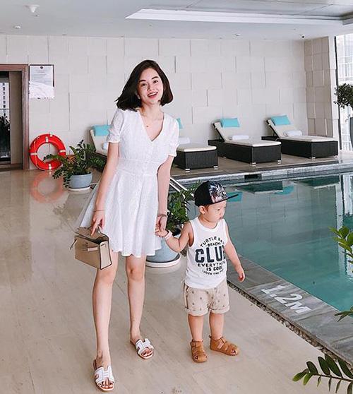 Ly Kute trẻ trung khi đưa con trai đi chơi Sài Gòn.