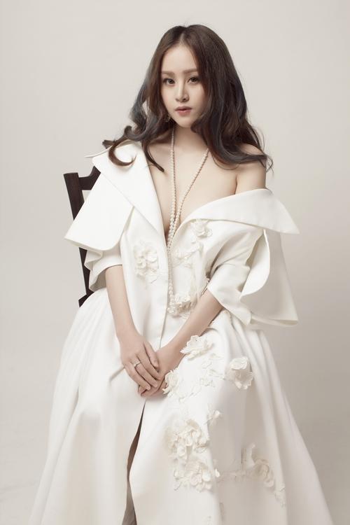 Trong loạt ảnh mới nhất, Bà Tưng (Huyền Anh) khoe vẻ gợi cảm với một thiết kế dạng áo choàng lạ mắt. Cô nàng hờ hững khoe vai trần với lối trang điểm gam mầu nâu trầm, tóc xõa.
