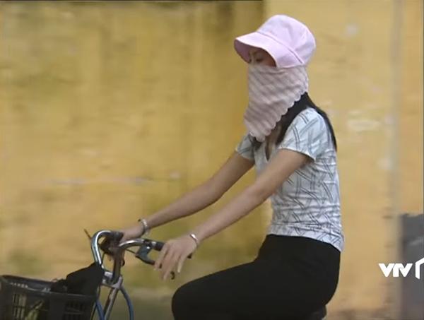 Từ khi hội bạn vẫn còn chưa biết làm điệu là gì, đi xe đạp cũng đầu trần phơi nắng thì Nguyệt đã rất có ý thức bảo vệ da. Cô nàng sắm sửa tất cả những món đồ hot nhất thời bấy giờ để chống nắng mỗi khi ra đường.