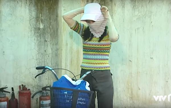 Phân cảnh nào có Nguyệt đạp xe đến là cô nàng luôn trông chẳng khác gì Ninja, trang bị đầy đủ mũ tai bèo, khẩu trang trùm kín mặt và cả găng tay dài để mặc áo ngắn vẫn không lo cháy nắng.
