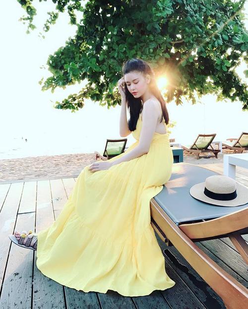 Trương Quỳnh Anh không phải nắng vẫn chói chang nhờ chiếc váy vàng ươm khi đi chơi Phú Quốc.