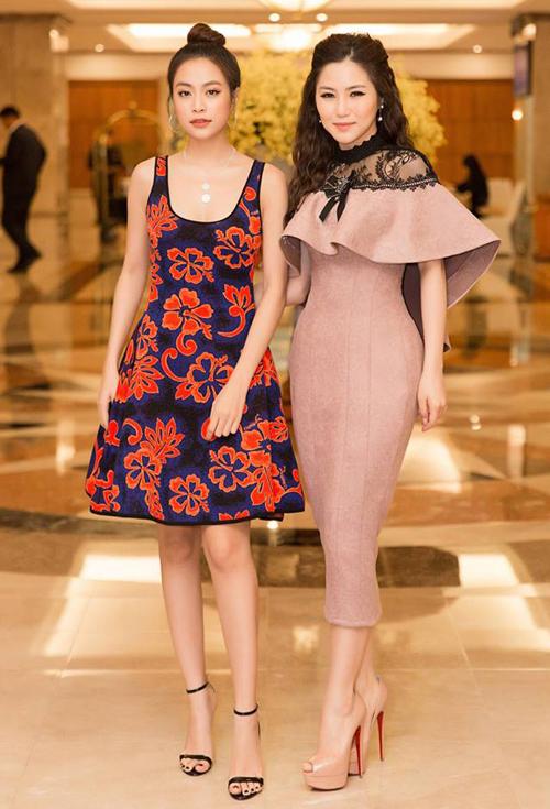 Hoàng Thùy Linh và Hương Tràm sẽ cùng ngồi ghế giám khảo cho một show ca hát mới. Trong buổi họp báo, cặp đôi diện style khác biệt nhau, người trẻ trung, người lại đằm thắm, sang trọng.