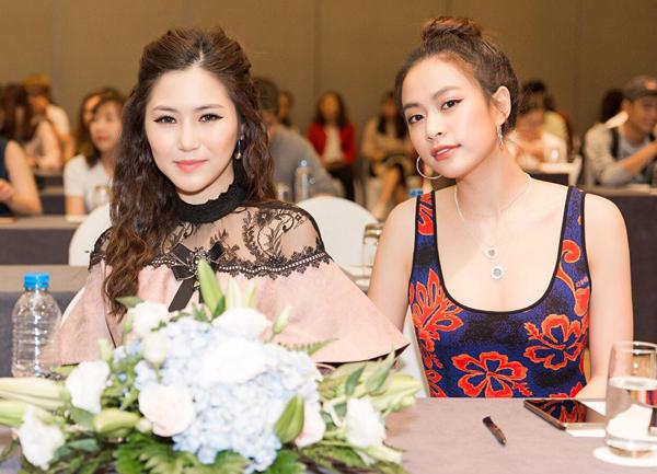 Để phù hợp với màu sắc quần áo đang diện, Hương Tràm và Hoàng Thùy Linh cũng chọn tông makeup khác biệt. Tuy nhiên khi ngồi cạnh đàn chị hơn 7 tuổi, giọng ca Em gái mưa trông có phần già dặn hơn.