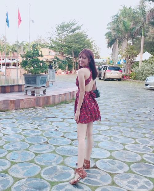 Lâm Á Hân trông bé nhỏ mà cũng đầy đáng yêu với chiếc váy khoe lưng.