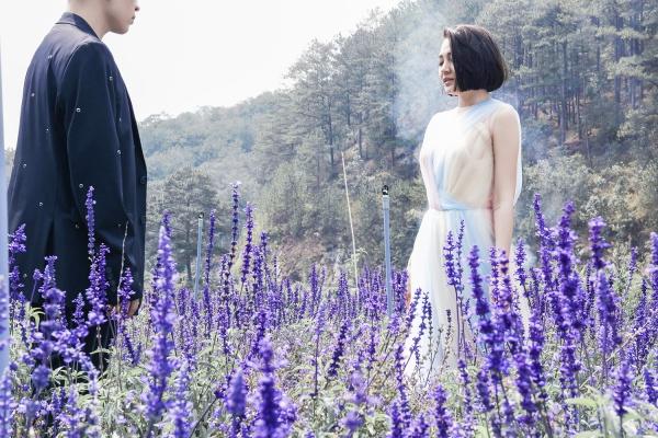 Nữ ca sĩ chọn Đà Lạt để thể hiện cảm xúc chông chênh, ngọt ngào nhưng cũng đau đến tận cùng khi yêu.