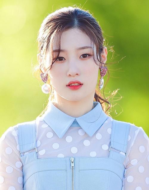 Jung Chae Yeon hút fan nhờ xuất hiện trong Produce 101 và thành công debut với I.O.I. Với khuôn mặt có nhiều nét tương đầu với tình đầu quốc dân, cô nàng được fan gắn biệt danh tiểu Suzy, Suzy thứ hai.