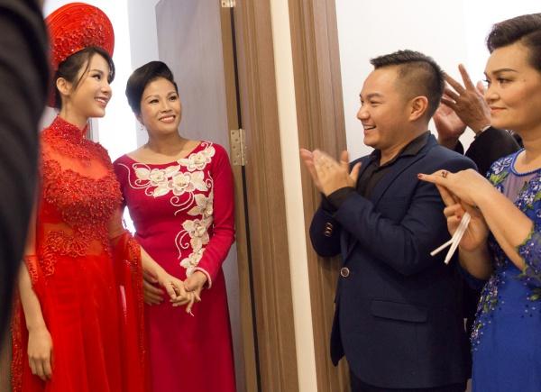 Đoàn nhà trai tiến vào và cô dâu được dẫnra đểgặp mặt chú rể trong sự chào đón nồng nhiệt.