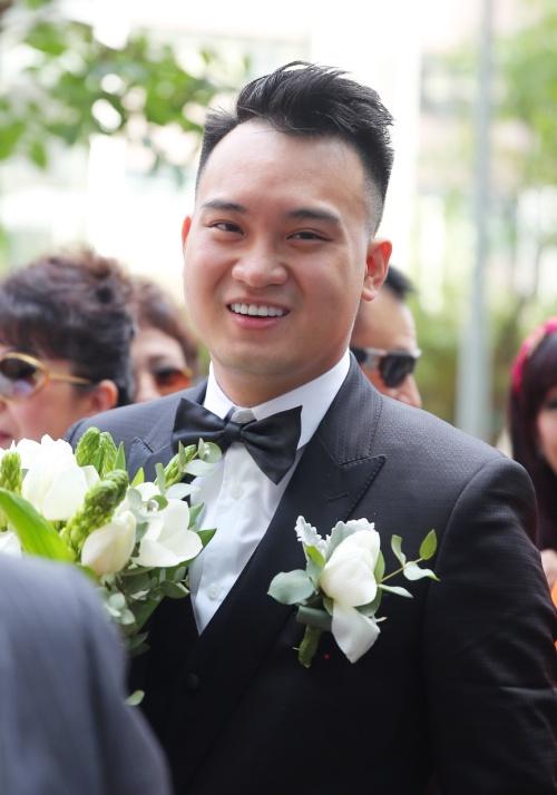 Chú rể nở nụ cười tươi rói vì sau ngày hôm nay sẽ chính thức nên duyên vợ chồng với bạn gái quen nahu 2 năm.