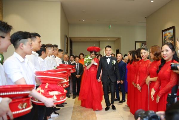 Sau khi làm lễ rước dâu xong, Diệp Lâm Anh e thẹn được Đức Phạm dẫn ra xe để về nhà chồng.