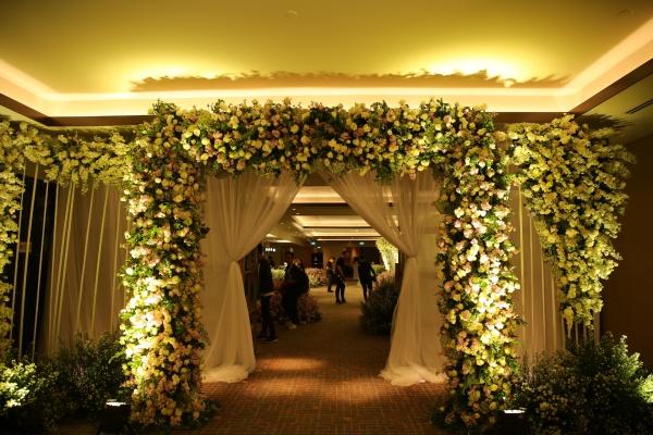 Cổng hoa hoành tráng trong đám cưới của Diệp Lâm Anh sẵn sàng chờ đón các khách mời.