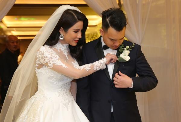 Diệp Lâm Anh ân cần chỉnh sửa trang phục cho chồng.