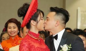 Diệp Lâm Anh khóa môi chú rể ngọt ngào trong lễ rước dâu