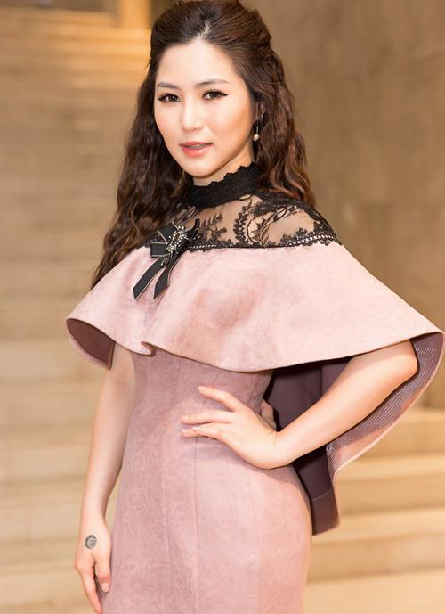 Với chiếc váy màu hồng vỏ đỗ, Hương Tràm cũng chọn cách đánh mắt và son môi tông hồng nude nhẹ nhàng, kết hợp cùng phấn khối mạnh tay giúp mặt thêm thon gọn.Tuy nhiên gam màu này khiến gương mặt của cô trông nhợt nhạt và có phần độn tuổi so với thường lệ.