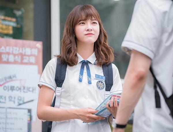 Năm 2017, lần đầu lấn sân đóng phim, Se Jeong nhận ngay vai chính trong drama School 2017.  Dù không thành công như mong đợi, Se Jeong vẫn chứng tỏ được tiềm năng  của mình không chỉ giới hạn ở hát và nhảy. Trở thành gương mặt quảng  cáo, đại diện của nhiều nhãn hàng, Se Jeong được cho là thần tượng mới  nổi có sức cạnh tranh nhất để trở thành Suzy kế tiếp.
