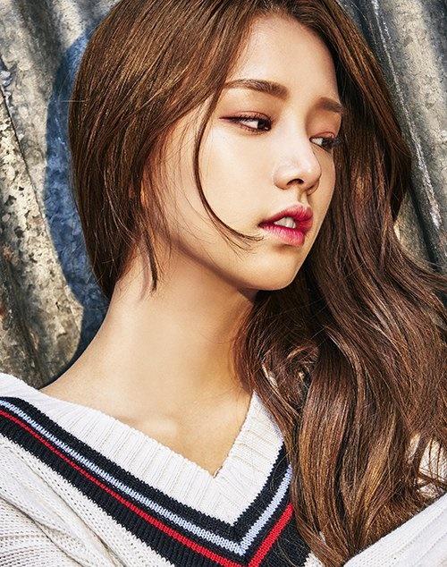Solbin là cái tên từng gây sốt trên các diễn đàn Kpop vì gương mặt đẹp lạ, như sự tổng hòa giữa Suzy, Dara, Ji Yeon, Hye Ri (Girls Day).