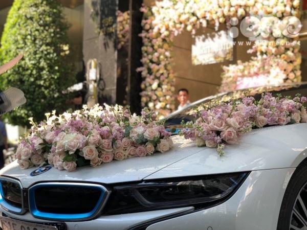 Xe rước dâu có mặt để chuẩn bị sang nhà gái.