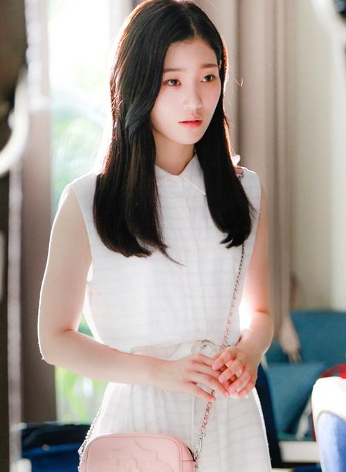 Vẻ đẹp không tỳ vết giúp Chae Yeon được tán dương là nữ thần Kpop thế hệ mới. Cô nàng liên tục được mời đóng các phim như Drinking solo, Reunited worlds, Shall we live together. Gần đây, Chae Yeon nhận vai chính trong bộ phim điện ảnh hợp tác Việt - Hàn có tên LALA: Hãy để em yêu anh (Live Again, Love Again).  Từng bước gầy dựng sự nghiệp diễn xuất một cách ổn định và vững vàng,  Chae Yeon cho thấy cô đang dần đi tới thành công như đàn chị Suzy.