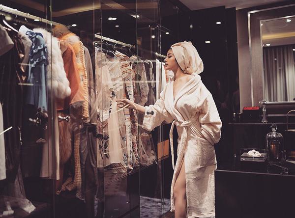 Vốn là một thành viên tiêu biểu của Hội con nhà giàu Việt Nam, Huyền Baby sở hữu cuộc sống sang chảnh đúng chuẩn thượng lưu. Mới đây, cô nàng tiếp tục khiến người theo dõi ngưỡng mộ khi tiết lộ phòng hứa quần áo rộng rãi, cách sắp xếp, bài trí trang phục đẹp mắt, thậm chí trông cao cấp chẳng khác gì ở các cửa hàng quốc tế.