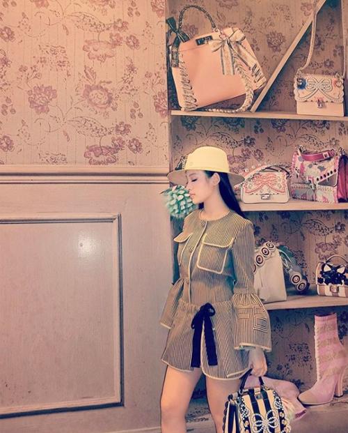 Một kệ tủ khác trong phòng được cô dành để bày những chiếc túi xách, đôi giày có kiểu dáng đặc biệt hơn, họa tiết bắt mắt. Cách sắp xếp khoa học giúp Huyền Baby đứng vào góc nào cũng có những bức ảnh đẹp.