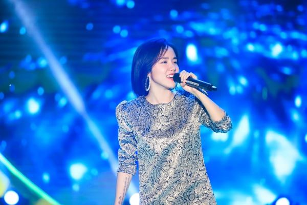 Nữ ca sĩ Phương Ly xuất hiện mở màn chương trình với ca khúc Mặt trời của em, Người nào đó mang phong cách trẻ trung, sôi nổi.