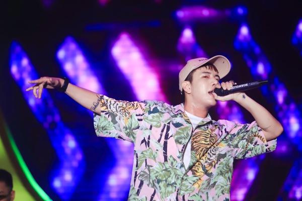 Lou Hoàng đốt cháy sân khấu với ca khúc Em chưa 18, Tối nay một mình... Nam ca sĩ khuấy động không khí với vũ đạo cực chất và khả năng đọc rap ấn tượng.