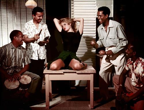 Khoảnh khắc không cần cởi đồ vẫn gợi cảm của Brigitte Bardot - 3
