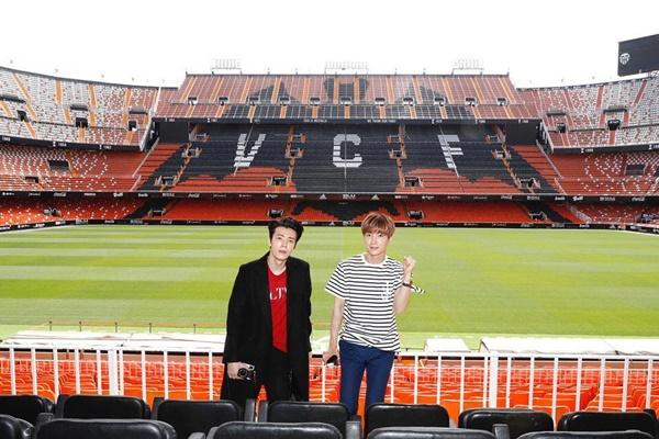 Lee Teuk và Dong Hae thích thú dạo chơi sân vận động của đội Valencia.