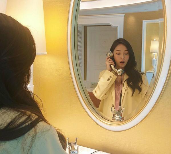 Jessica cầm điện thoại diễn sâu.