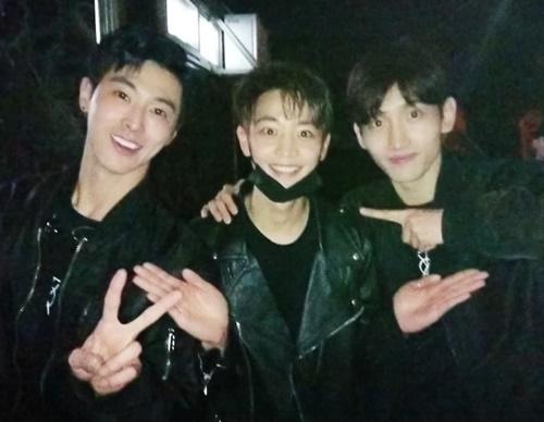 Min Ho (SHINee) đến cổ vũ concert của TVXQ, mặc đồ đen đồng điệu như một thành viên trong nhóm.