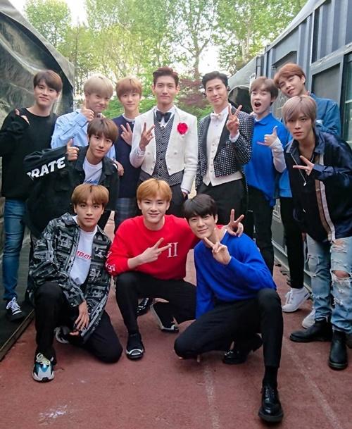 NCT tụ tập đến xem concert của đàn anh TVXQ. Chang Min và Yun Ho khoe vẻ lịch lãm và phong độ giữa các đàn em trẻ trung.