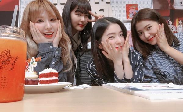 4 thành viên Red Velvet đọ cute với các kiểu pose hình khác nhau.
