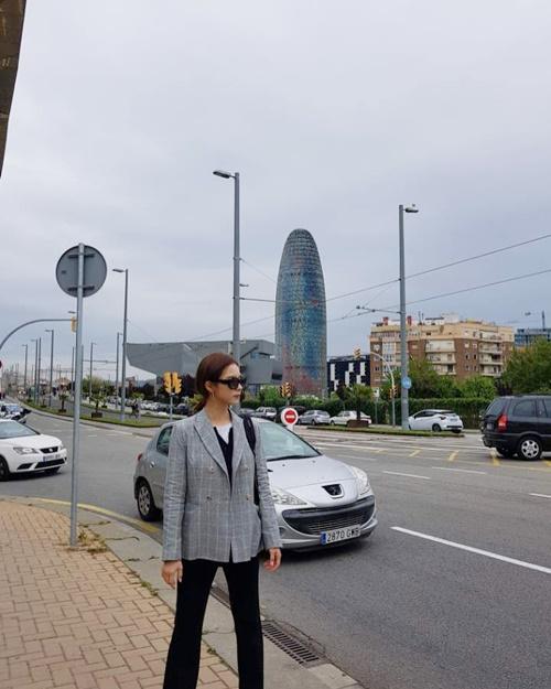 Shin Se Kyung lên đồ sành điệu, đứng tạo dáng khoe khí chất trên đường phố Barcelona.