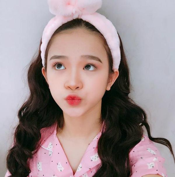 Công thức mắt - môi cùng tông hồng đáng yêu cũng là một cách trang điểm hay ho của hot girl.
