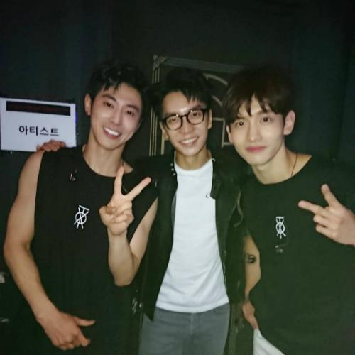 Lee Seung Gi cũng đến cổ vũ TVXQ, vào tận hậu trường để chụp ảnh với hai ngôi sao SM.