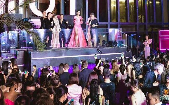 Nam diễn viên không ngại thể hiện những động tác nhảy múa cạnh bạn gái và quan khách. Hồ Ngọc Hà chỉ biết cười tủm tỉm trước độ đáng yêu của bạn trai.