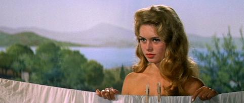 Khoảnh khắc không cần cởi đồ vẫn gợi cảm của Brigitte Bardot