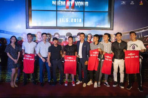 Các cầu thủ U23 Việt Nam tham gia buổi chiếu sớm của phim.