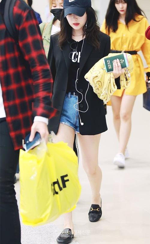 Nhóm Red Velvet về Hàn sau khi hoàn thành concert quốc tế. Sau khi giảm cân, Irene tự tin khi mặc quần short, khoe đùi.