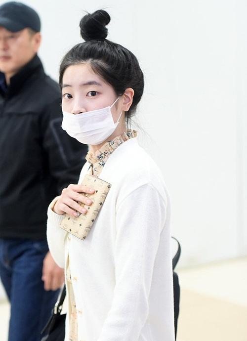 Các cô gái Twice liên tục xuất hiện ở sân bay vì lịch trình ở Nhật. Da Hyun che vẻ mệt mỏi bằng khẩu trang, kiểu tóc búi gọn gàng.