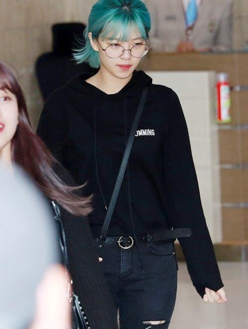 Dù bị chê bai nhưng Jeong Yeon vẫn để mặc mộc khi ra sân bay. Mái tóc màu xanh khiến cô nàng nổi bần bật.