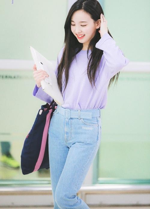 Sau hình ảnh xuề xòa ở sân bay, Na Yeon lấy lại hình tượng với khuôn mặt trang điểm nhẹ, áo phông màu tím giống item mà Jennie từng sử dụng ở sân bay.