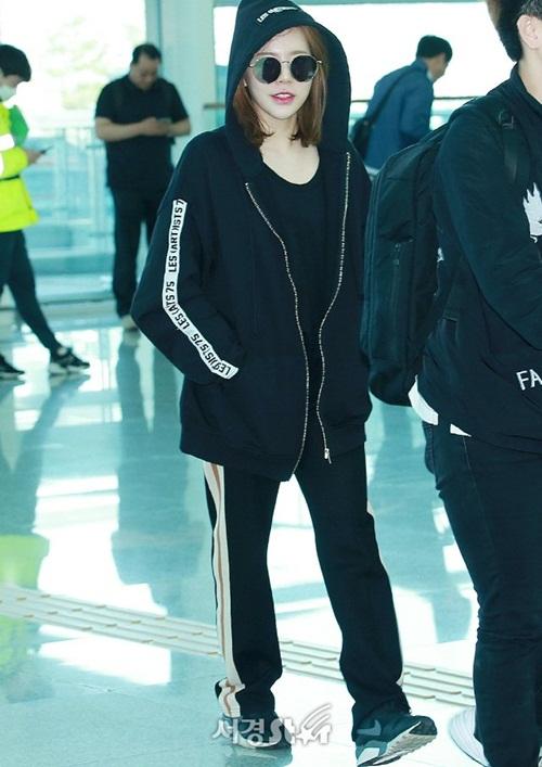 Sunny cũng sang Mỹ để quay show. Khác với phong cách thanh lịch của Yoon Ah, nữ ca sĩ chuộng những trang phục thể thao tiện dụng khi bay chuyến dài.