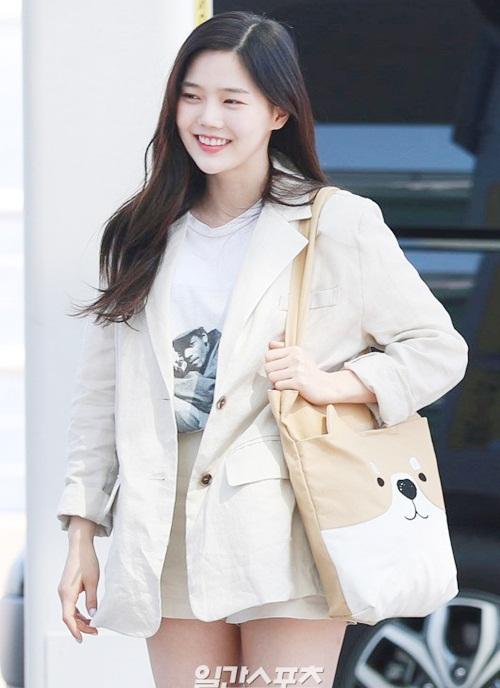 Thành viên Oh My Girl lại yêu thích nhưng phụ kiện cute, túi in hình cún phù hợp với hình ảnh dễ thương của nữ ca sĩ.