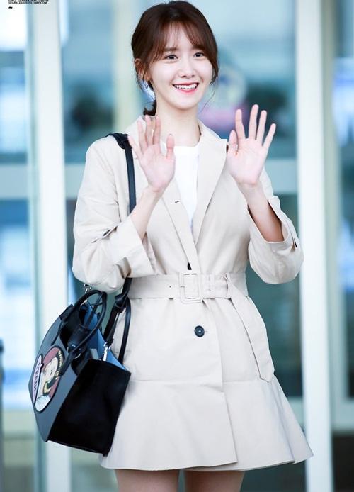 Yoon Ah sang New York để dự show thời trang của Prada. Thành viên SNSD đã cắt lại mái. Kiểu tóc mái thưa là công thức quen thuộc của các sao khi muốn tăng độ cute.