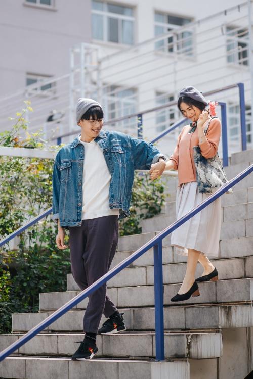 MV Rời bỏ (sáng tác Vũ Huy Hoàng) với giai điệu nhẹ nhàng được thực hiện tại Hà Nội với sự góp mặt của diễn viên Trần Quốc Anh. Đây là sản phẩm trở lại của Hòa Minzy, sau hơn 1 năm trời vắng bóng.