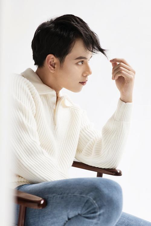 JayKii tên thật là Trần Anh Quân, từng vào top 10 Vietnam Idol 2013. Anh chàng xuất thân từ trường ĐH Văn hóa Nghệ thuật Quân đội, nổi tiếng với bản hit Chiều hôm ấy tự sáng tác gây sốt cuối năm 2017. Đến nay ca khúc đang có 49 triệu lượt xem trên YouTube.